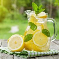 Чем полезна лимонная вода.